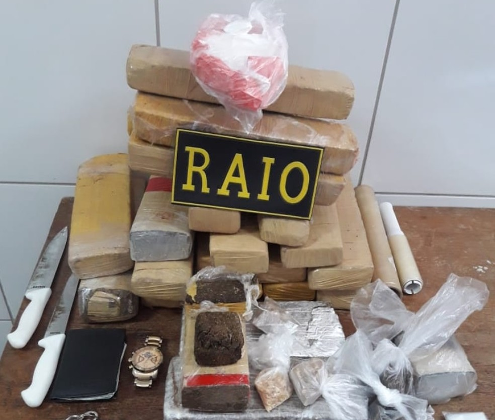 PM apreende mais de 20 quilos de maconha, crack e cocaína em apartamento na cidade de Sobral. (Foto: PM/Divulgação)