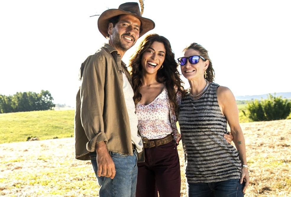 Juliana Paes, entre Marcos Palmeira e Amora Mautner, nos bastidores de 'A Dona do Pedaço' — Foto: João Miguel Junior/Globo