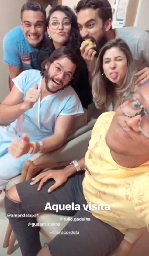 Túlio Gadelha e amigos no hospital (Foto: Instagram/Reprodução)