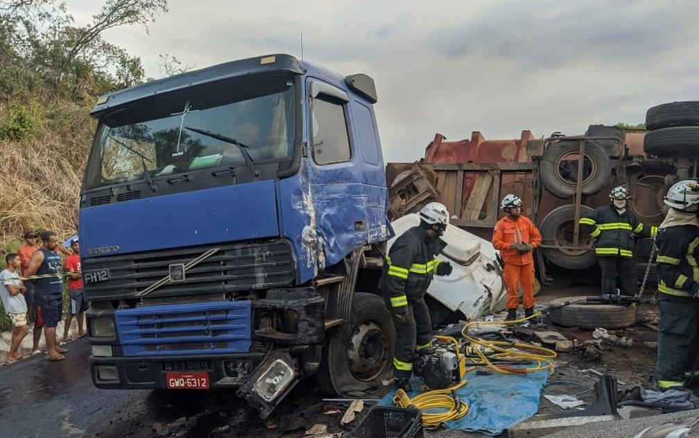 Uma pessoa morre durante batida entre carretas na BR-020, oeste da Bahia — Foto: Blog Braga / Reprodução