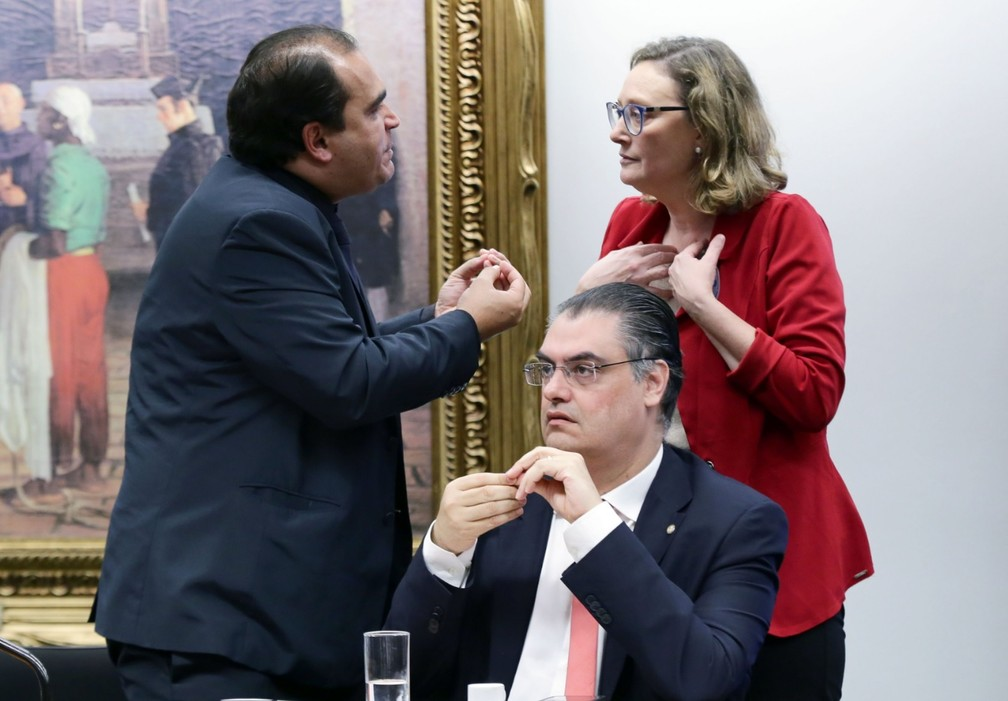 Deputados Marcelo Freitas (PSL-MG) e Maria do Rosário (PT-RS) discutem durante sessão da CCJ sobre reforma da Previdência — Foto: Michel Jesus/Câmara dos Deputados