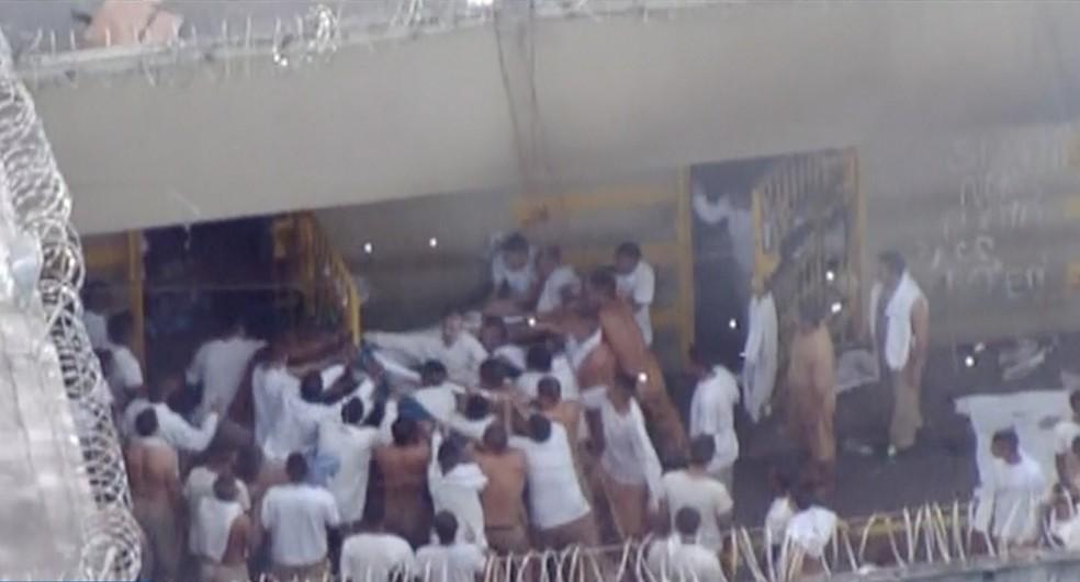 Detentos puxam grade com lençóis improvisando uma corda durante rebelião no CDP (Foto: Reprodução/ Rede Vanguarda)
