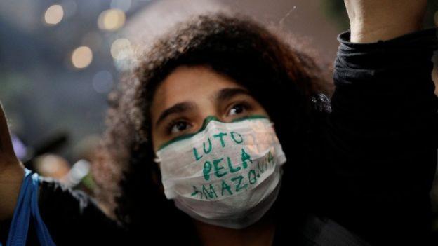 BBC - Manifestante em São Paulo; apesar dos alertas, Saldiva se diz otimista quanto ao futuro (Foto: REUTERS/NACHO DOCE via BBC)