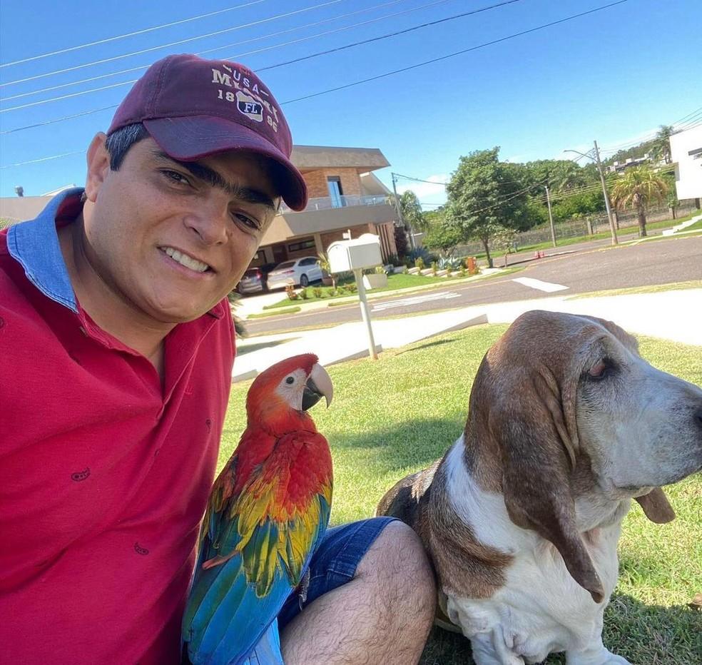 Além de Pipoca, Filó, a cadela de estimação, faz parte da família, segundo Fernando — Foto: Fernando Abrahão/Arquivo pessoal