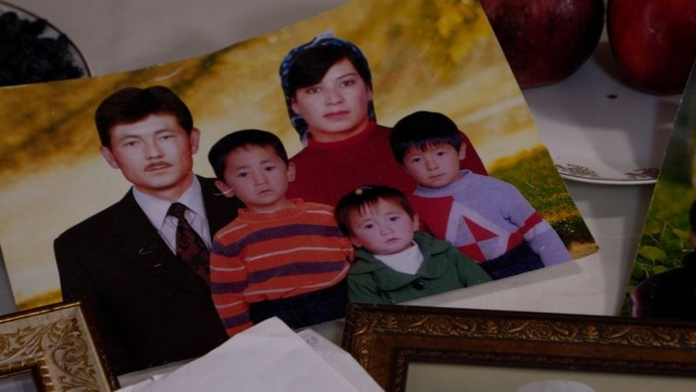 Khalida Akytkankyzy não só perdeu contato com seus filhos, mas também com 14 netos — Foto: BBC