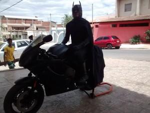 Na moto, Batman se prepara para desfilar pelas ruas de Valadares. (Foto: Diego Souza/G1)