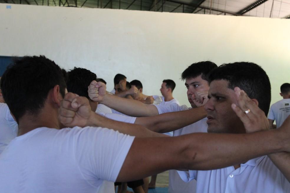 Candidatos aprendem como reagir a ações de detentos usando apenas o corpo. — Foto: Patrick Marques/G1 AM