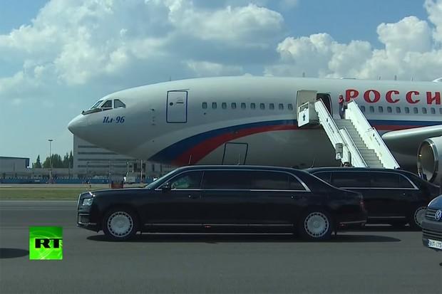 Pelo menos três limusines esperavam Putin no desembarque do seu Ilyushin II-96 (Foto: Reprodução)