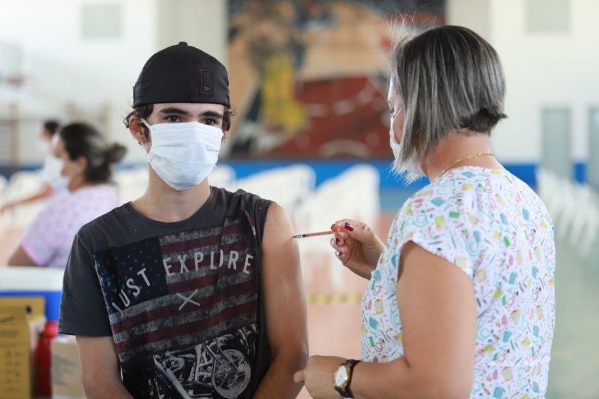 Miguel Pereira vacina adolescentes de 13 anos sem comorbidades contra a Covid-19