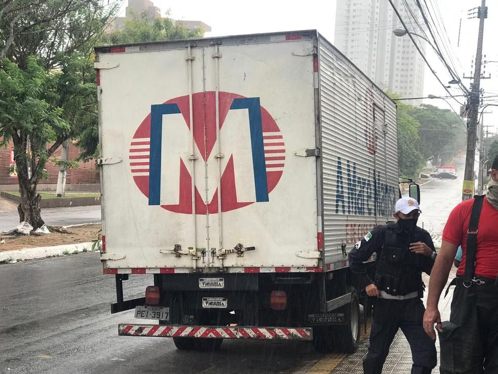 Caminhão envolvido em acidente no cruzamento das avenidas Alexandrino de Alencar e Prudente de Morais em Natal. — Foto: Kleber Teixeira/Inter TV Cabugi
