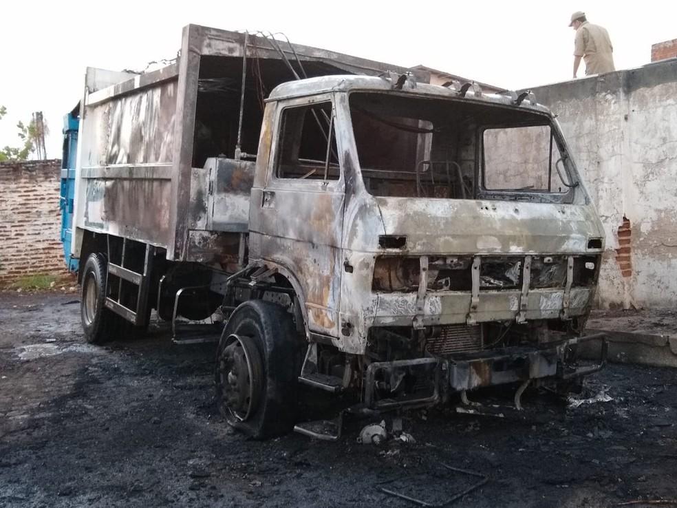 Caminhão compactador de lixo foi incendiado em Iguatu, no Centro-Sul do Ceará — Foto: Arquivo pessoal