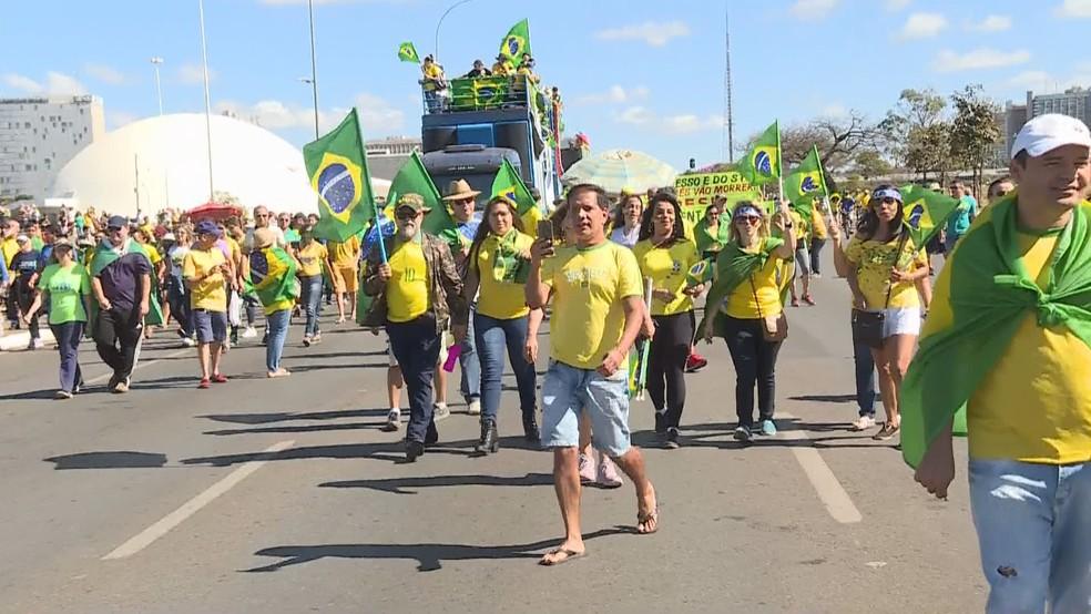 Manifestantes fazem ato em Brasília em favor da Lava Jato e da reforma da Previdência  — Foto: TV Globo/Reprodução
