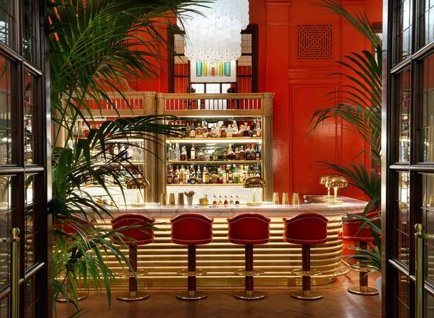 O verde também aparece em palmeiras que cercam o bar (Foto: The Coral Room/ Reprodução)