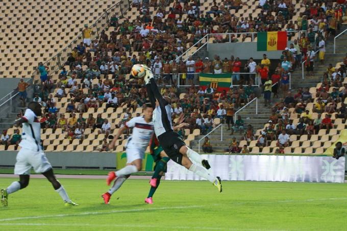 Goleiro Pablo foi muito exigido no segundo tempo de jogo (Foto: Biaman Prado / O Estado)