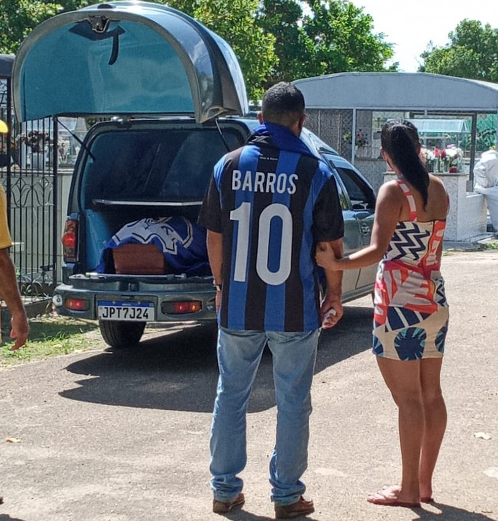 Junior Barros veste uma camisa do time do coração do pai, Ypiranga, na despedida. José Barros, presidente do Ypiranga Clube, morreu de Covid-19 em Macapá em janeiro deste ano — Foto: Arquivo pessoal