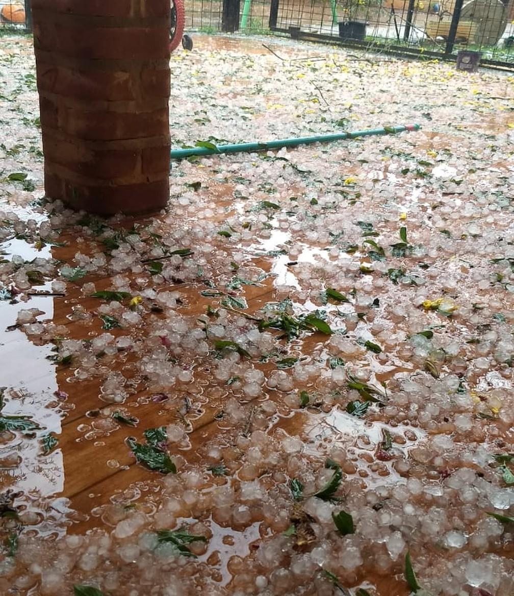 Chuva de granizo cobriu as ruas e casas com gelo na tarde deste sábado em Itapetininga  â Foto: Arquivo Pessoal/Patricia Annunciato