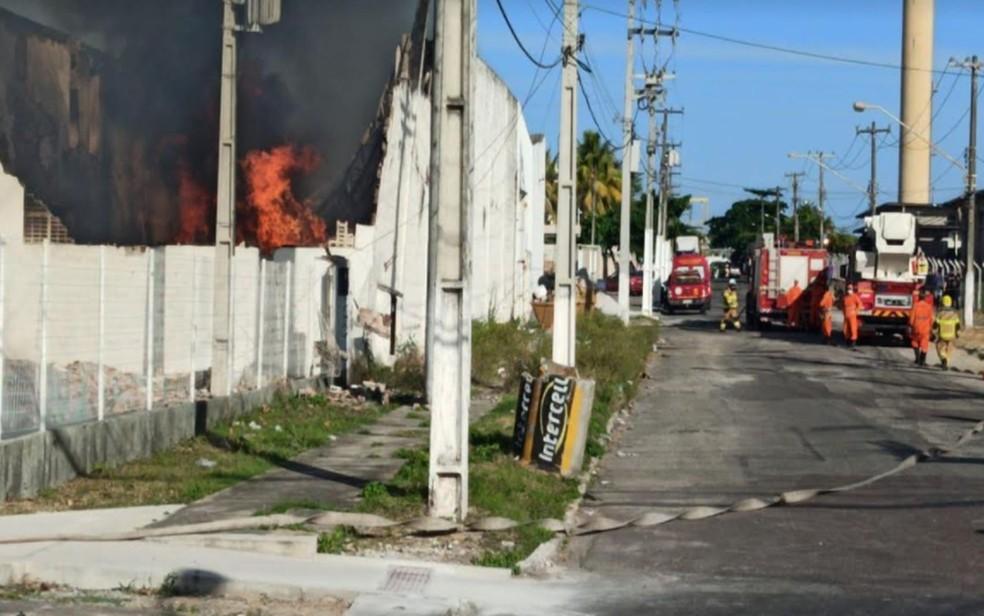 Bombeiros trabalham para conter o incêndio — Foto: Sidclei Sales/TV Sergipe