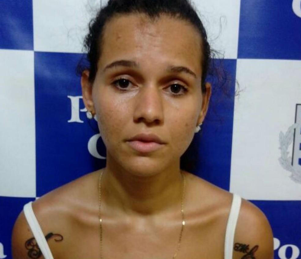 Jovem foi presa suspeita de roubar loja de telefonia em Salvador (Foto: Divulgação/PC)