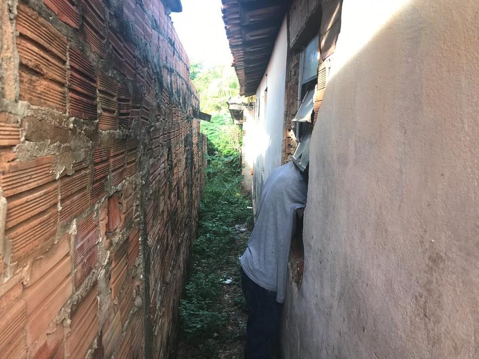 Homem morre ao tentar invadir casa e ficar preso a janela — Foto: Geovanni Pereira/Portal Fatos e Notícias