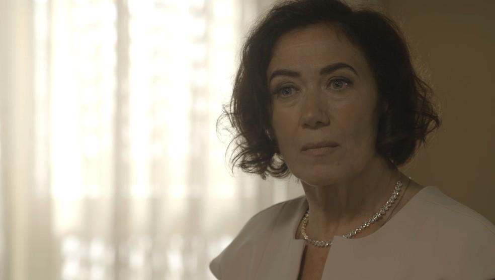 Valentina (Lilia Cabral) diz que está passando mal e pede que Gabriel (Bruno Gagliasso) vá embora com Luz (Marina Ruy Babrosa), na novela 'O Sétimo Guardião' — Foto: TV Globo
