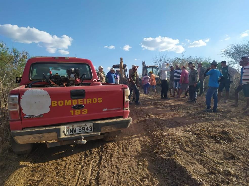 Bombeiros e voluntários atuam em conjunto para abrir estradas e chegar ao foco do incêndio em Portalegre — Foto: Corpo de Bombeiros