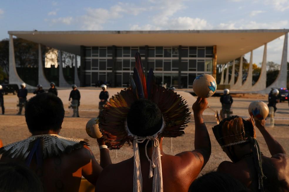 Indígenas protestam em frente ao STF durante julgamento sobre marco temporal — Foto: Amanda Perobelli/Reuters