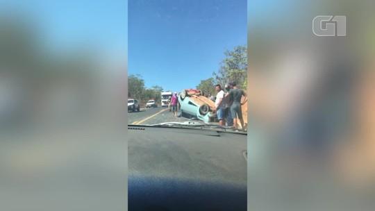 Imagens flagram veículo em ziguezague até capotar em MG; assista vídeo