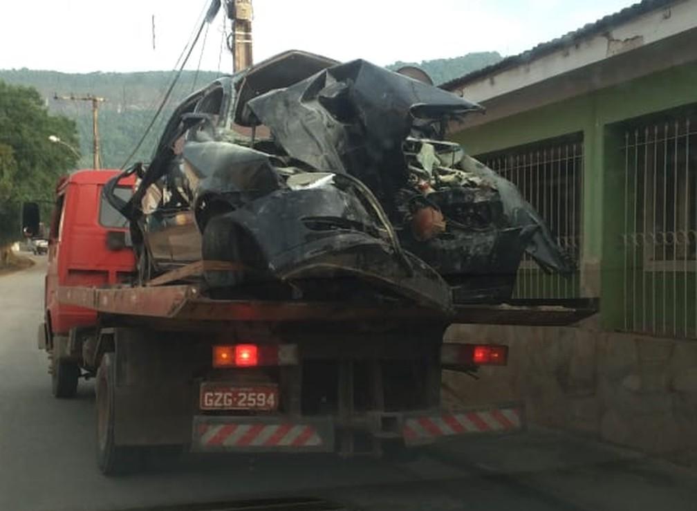Veículo em que jovens estavam é removido com guincho em Lambari — Foto: Alô Alô Cidade