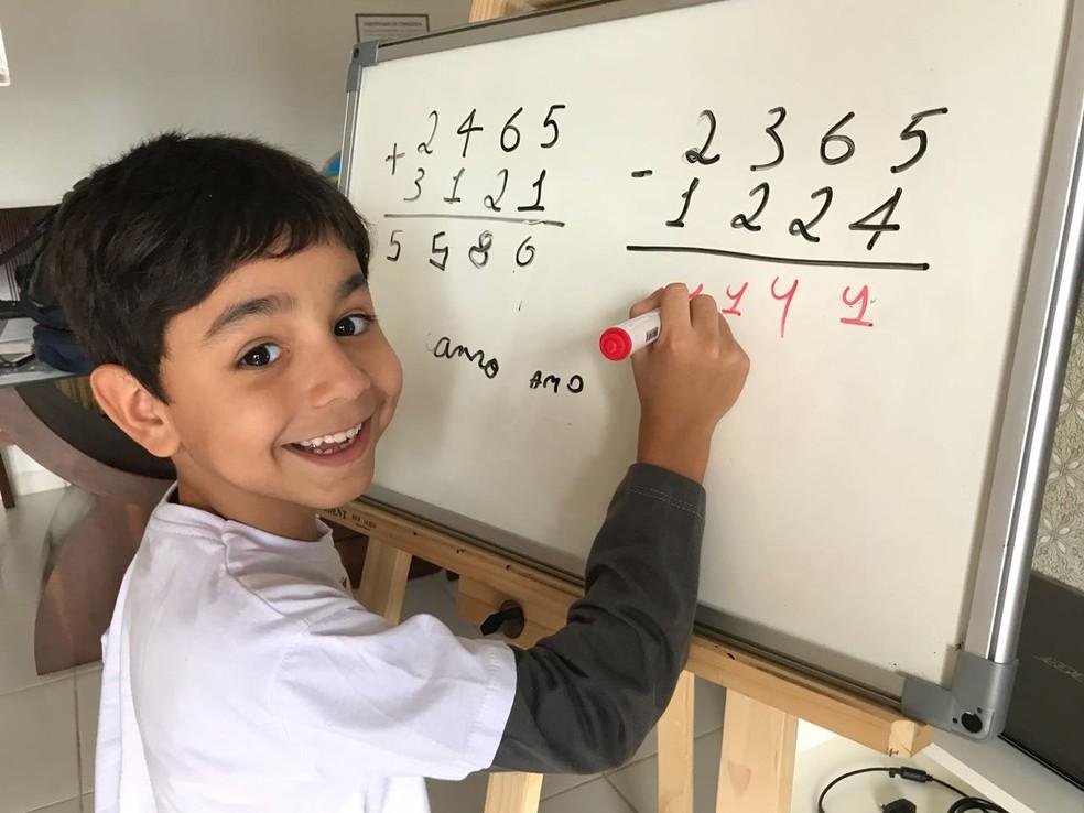 Aos 7 anos, Ryan Maia dá aulas de português e matemática na internet — Foto: Marília Marques/G1
