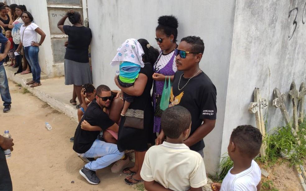 Familiares de Josefa e do bebê, no Cemitério de Plataforma — Foto: Vanderson Nascimento/TV Bahia
