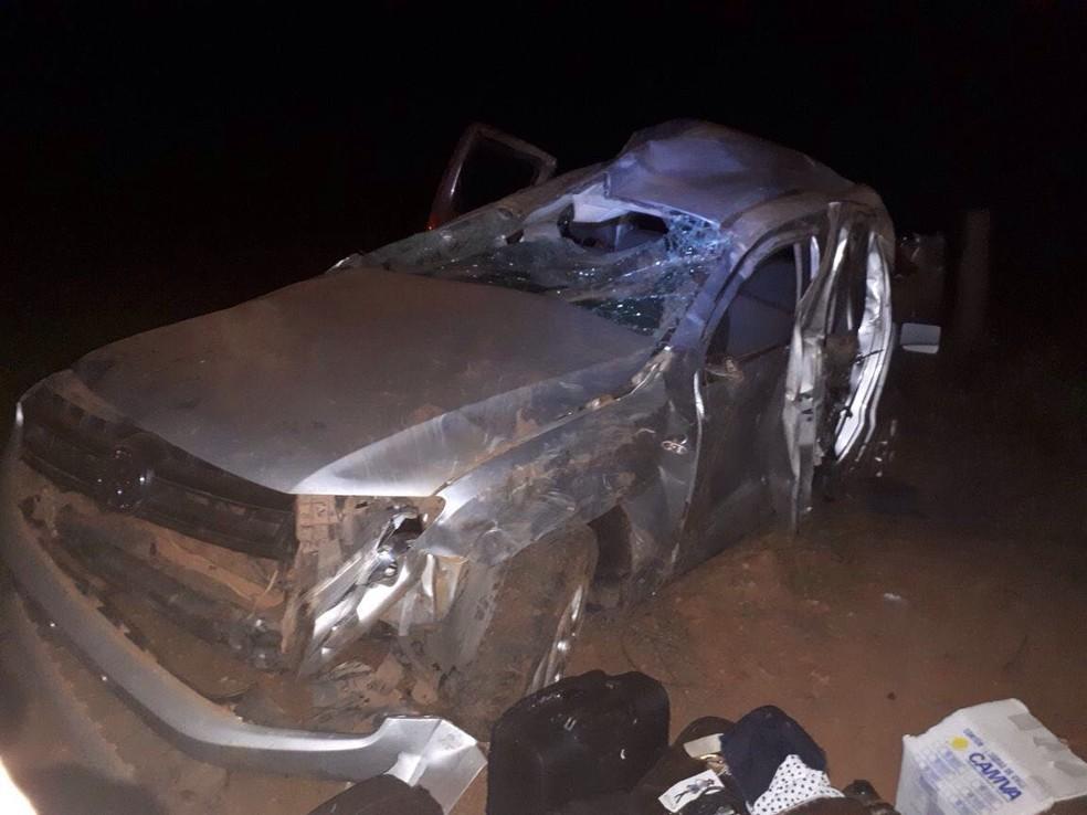 -  Caminhonete ficou completamente danificada após capotar em rodovia  Foto: Corpo de Bombeiros de Tangará da Serra-MT/ Divulgação