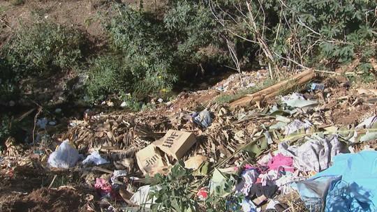 Descarte irregular de lixo contamina água de córrego em Américo Brasiliense, SP