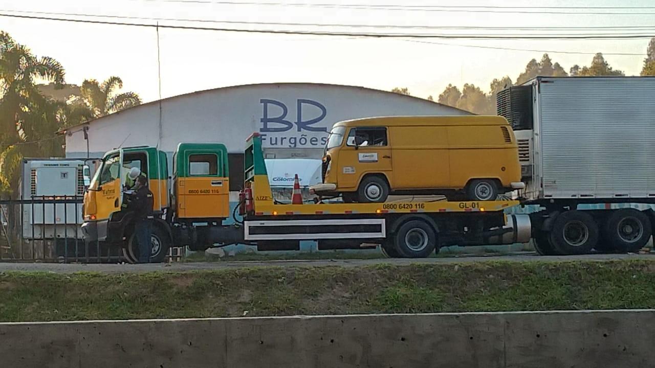 Van e Kombi se envolvem em acidente perto da Ceasa, em Curitiba