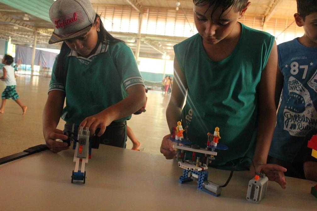 Alunos do Sesi tendo vivência tecnológica durante a 1ª edição do Dia da Alegria em Porto Velho.  — Foto: Pedro Bentes/G1