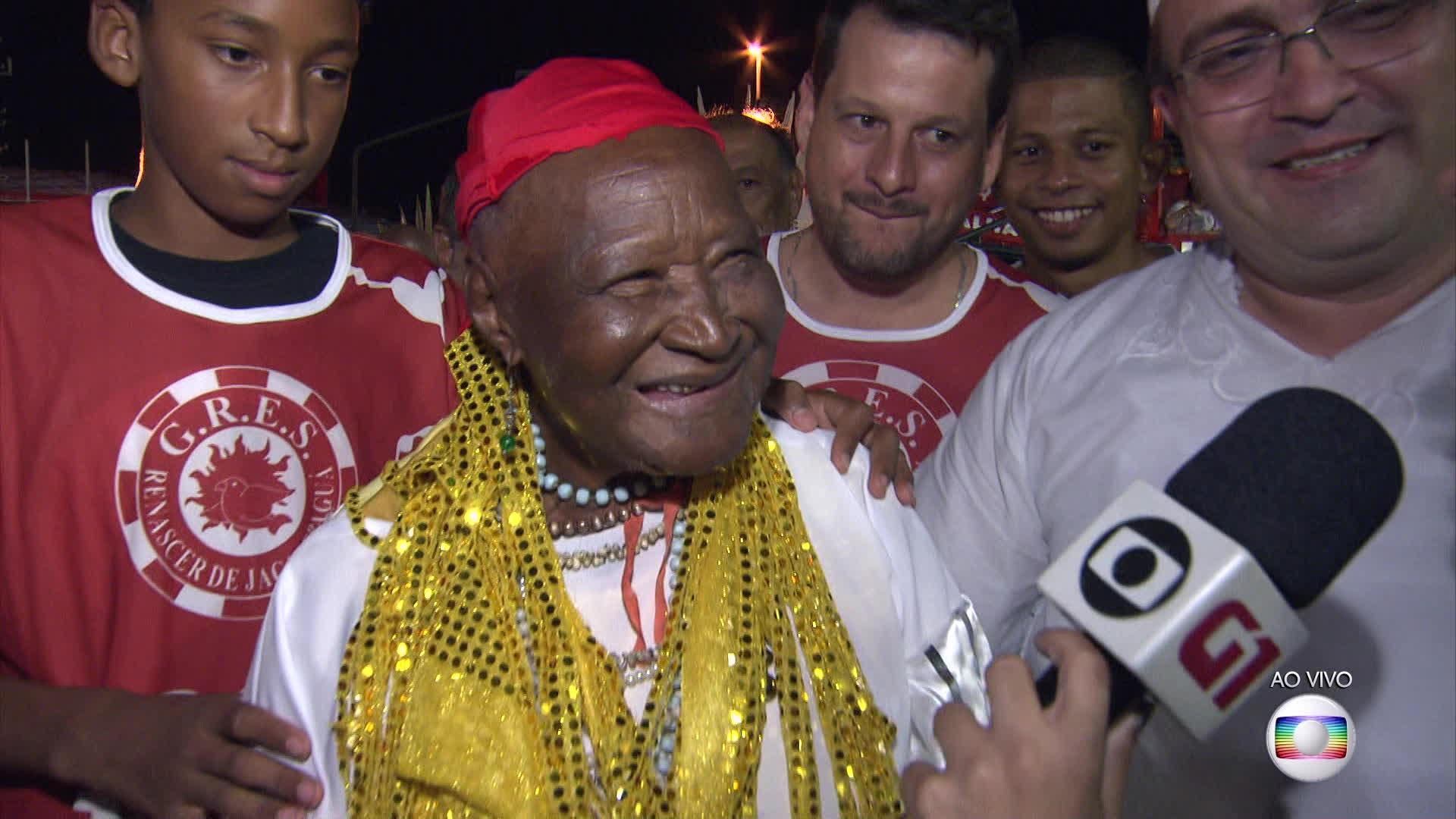 Rezadeira de 96 anos se emociona na Sapucaí e já pensa em voltar no ano que vem: 'Quem sabe'