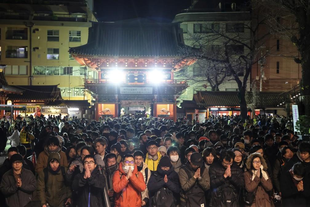 Público faz orações no Santuário Kanda Myojin, em Tóquio, no Japão, durante celebrações da entrada de 2020 — Foto: Kazuhiro NOGI / AFP