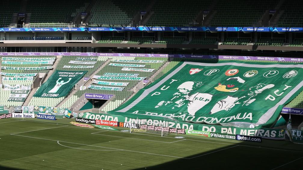 Faixas da torcida do Palmeiras na arena, sem a presença de público — Foto: Cesar Greco/Ag. Palmeiras