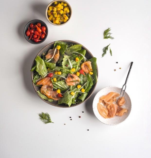 Salada de salmão defumado, vinagrete de manga e pimenta-biquinho. Bowls da Olaria Paulistana e garfo da Dpot Objeto (Foto: Iara Venanzi / Editora Globo)