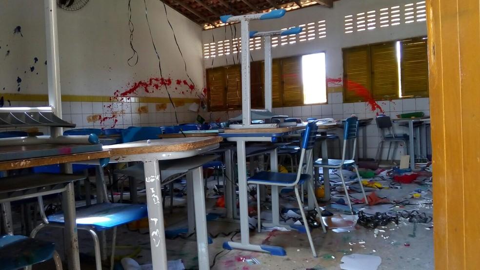 Sala de aula foi depredada e revirada por vândalos, em Natal (Foto: Julianne Barreto/Inter TV Cabugi)