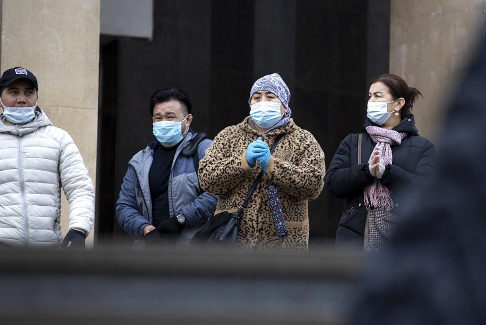 Pessoas usam máscara de proteção na saída do metrô em Moscou, na Rússia, em 26 de outubro de 2020 — Foto: Alexander Zemlianichenko/AP