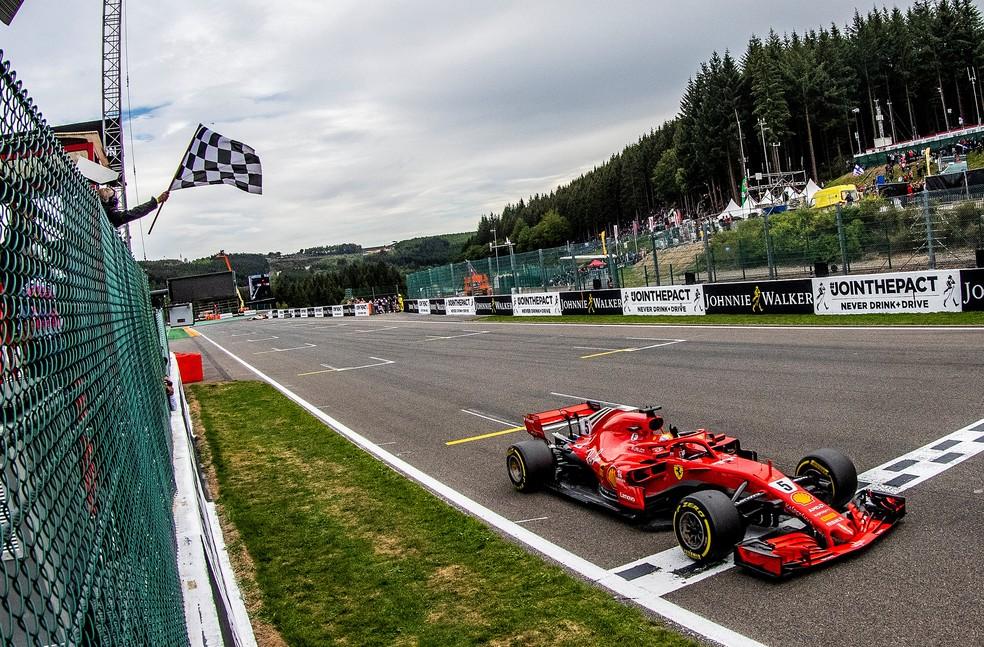 Vettel cruza a linha de chegada para vencer na Bélgica (Foto: Reuters)