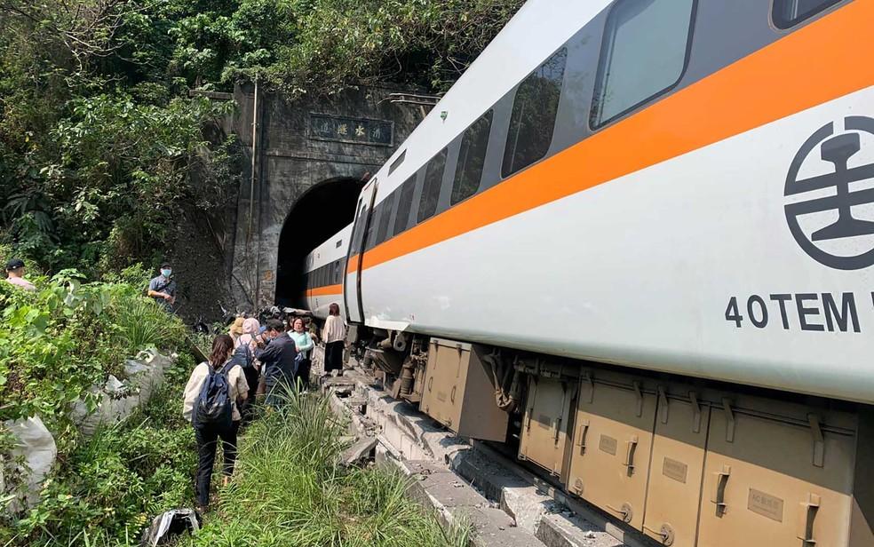 Trem descarrila em região de túnel em Taiwan — Foto: Central de Operações de Emergência / via AFP Photo