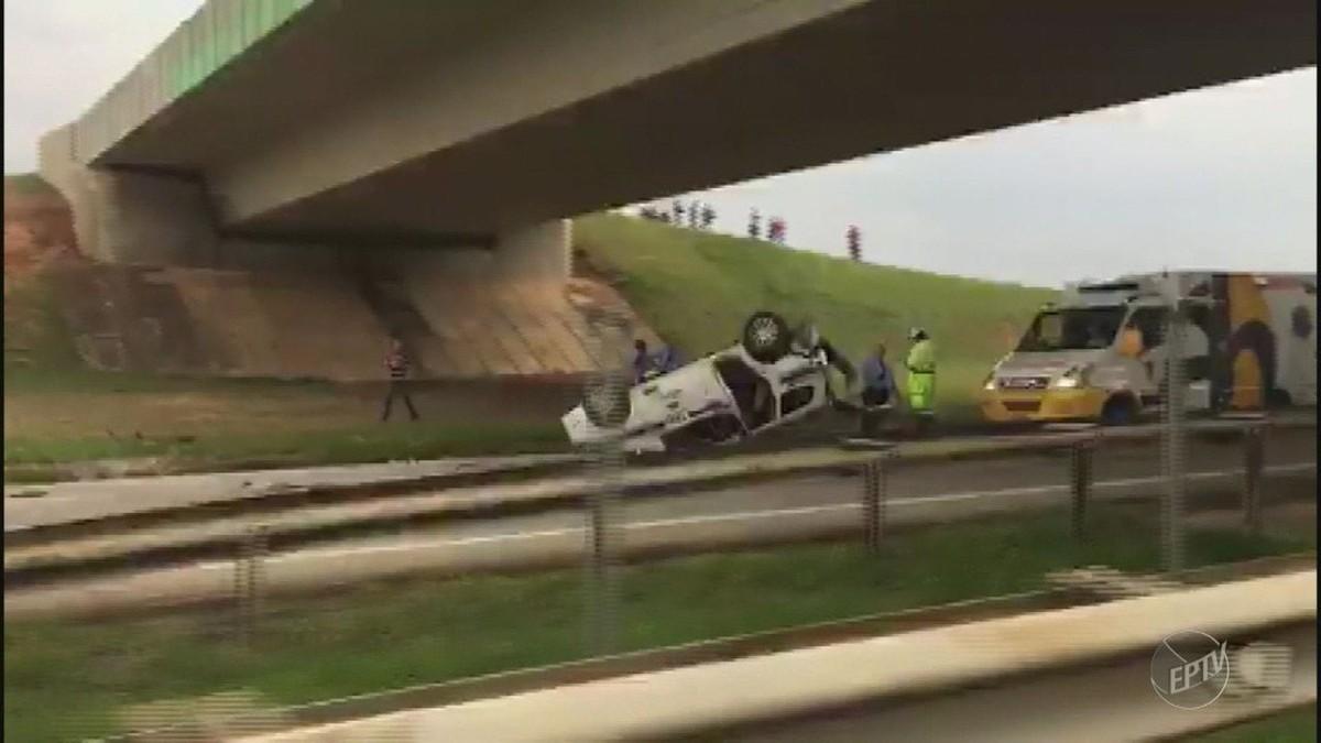 Carro capota e três pessoas ficam feridas em rodovia de Campinas