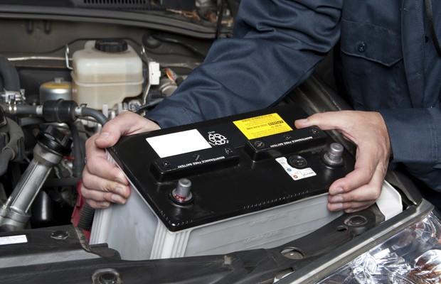 Bateria sendo removida de carro (Foto: Divulgação)