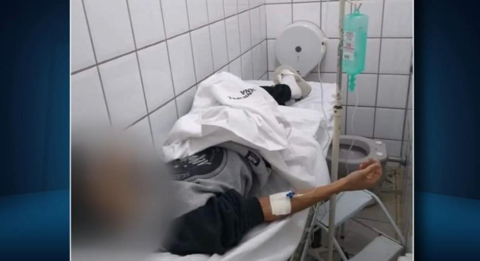Imagem mostra paciente em maca dentro de um suposto banheiro (Foto: Reprodução/EPTV)