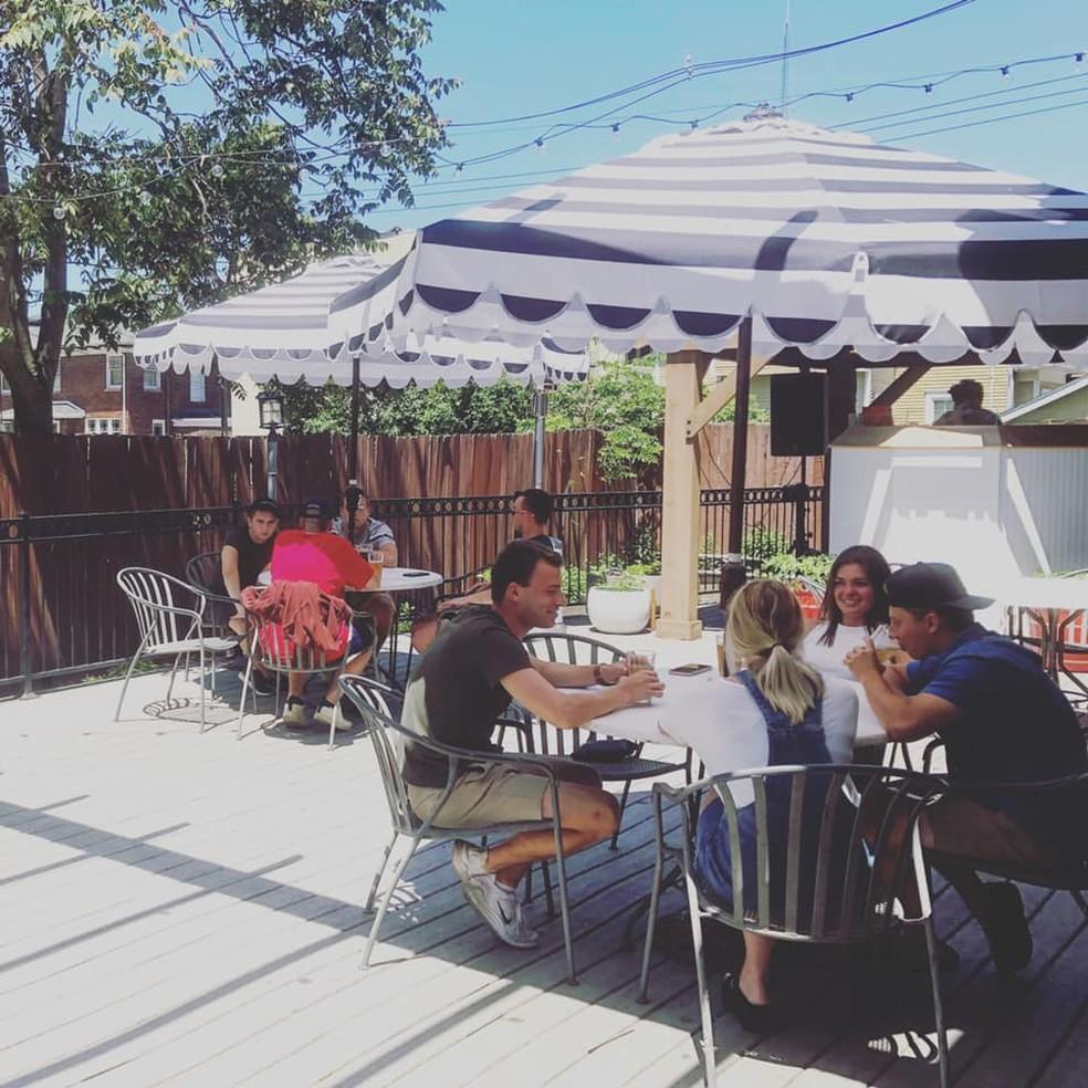 Imagem divulgada pelo pelo bar Harper's, que fica na cidade de East Lansing, em Michigan, nos EUA, no dia da reabertura, em 8 de junho de 2020 — Foto: Reprodução Facebook/Harper's Restaurant & Brewpub