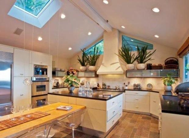 As plantas trazem charme para a cozinha que tem vista para a piscina (Foto: Getty Images/ Reprodução)