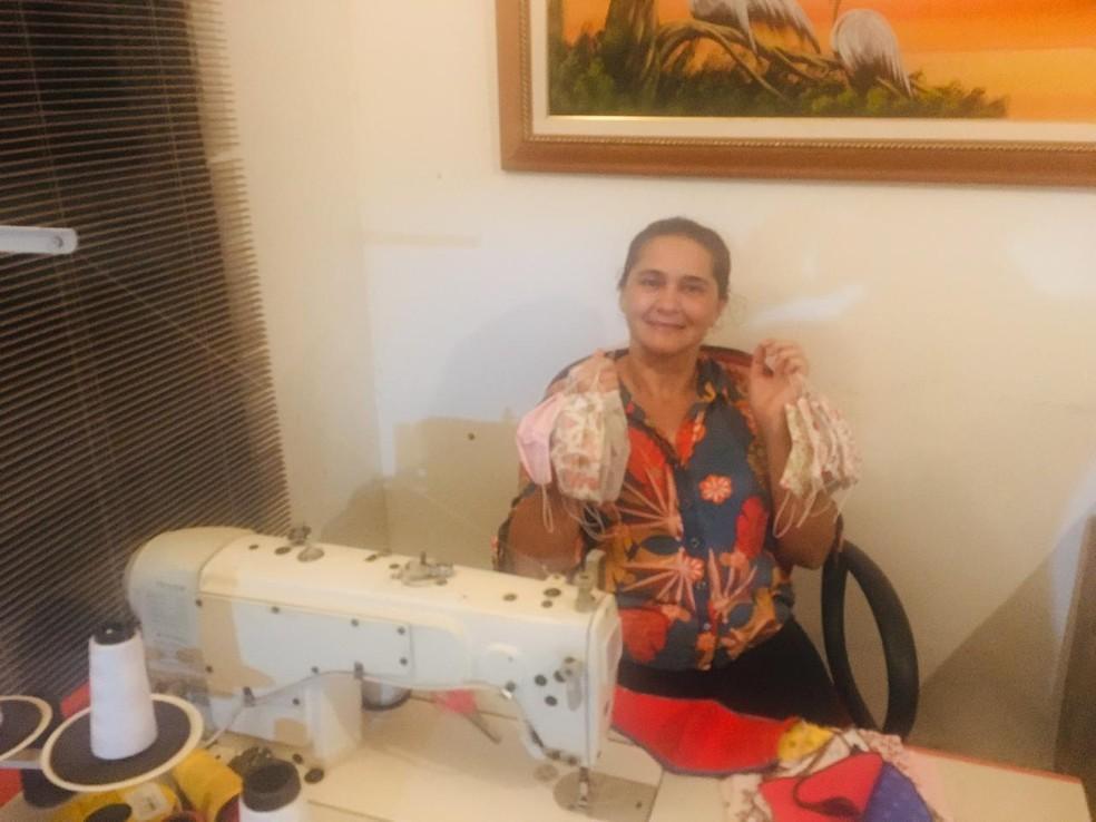 Produtora rural do DF, Alane Oliveira fazendo máscaras de tecido — Foto: Alane Oliveira/Arquivo Pessoal