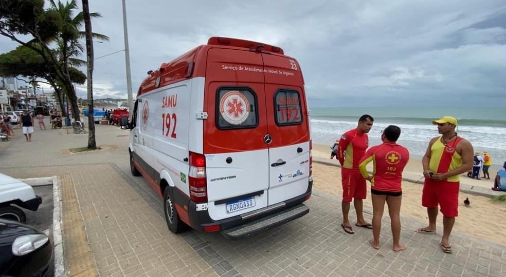 Criança foi atendida pelo Corpo de Bombeiros e Samu, após ser tirada da água. — Foto: Kleber Teixeira/Inter TV Cabugi