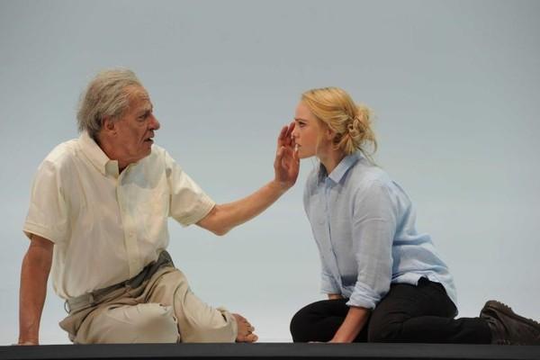 O ator Geoffrey Rush e a atriz Eryn Jean Norvill na peça em que trabalharam juntos (Foto: Divulgação)